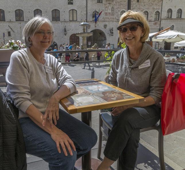 408-0048 IT - Assisi - Nancy and Diane - overlooking Piazza del Comune.jpg