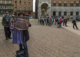 408-1540 IT - Siena - Piazza del Campo - Guide Camilla with Photo during Il Palio